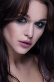 Zbliżenie budzący emocje portret młoda piękna kobieta z jaskrawym modnym makeup Zdjęcie Royalty Free