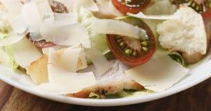 Zbliżenie Caesar sałatka z czereśniowymi kumato pomidorami na drewnianym stole obrazy stock