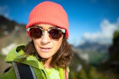 Zbliżenie caucasian dziewczyna z wełny nakrętką w górach Zdjęcia Royalty Free