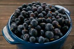 Zbliżenie ceramiczny puchar z czarnymi jagodami obraz stock