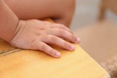 Zbliżenie child& x27; s ręki obsiadanie na biurku, Zdjęcie Royalty Free