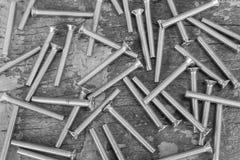 Zbliżenie chrom śrubuje na rocznika grunge drewnianym tle fotografia stock