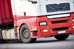 Zbliżenie ciężarówka poruszająca na drodze obraz stock
