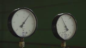 Zbliżenie ciśnieniowy wymiernik, ciśnieniowego wymiernika pomiarowy benzynowy nacisk Drymby i klapy przy ropa i gaz przemysłową r zdjęcie wideo