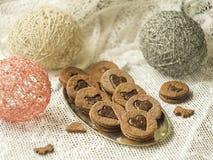 Zbliżenie ciastka i ciastka w kierowym kształcie z karmelu plombowaniem w metalu rzucamy kulą na drewnianym stole z koronkową tka obraz stock