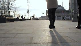 Zbliżenie cieki i plandeki wycieczkować kobiety iść na piechotę buty, dwa dziewczyny chodzi w mieście, steadicam strzał, zwolnion zdjęcie wideo