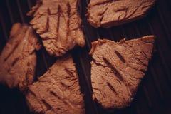 Zbliżenie cielęciny mięso na talerzu obraz stock
