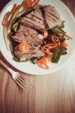 Zbliżenie cielęciny mięso na talerzu obraz royalty free
