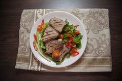 Zbliżenie cielęciny mięso na talerzu fotografia stock