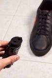Zbliżenie cleaning czerń buty z czarny pastą Zdjęcia Royalty Free