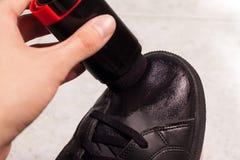 Zbliżenie cleaning czerń buty z czarny pastą Fotografia Royalty Free