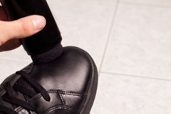 Zbliżenie cleaning czerń buty z czarny pastą Obrazy Stock