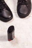 Zbliżenie cleaning czerń buty z czarny pastą Obraz Stock