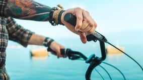 Zbliżenie cyklista ręka Na rowerów Handlebars, Wakacyjny aktywność transportu pojęcie Zdjęcia Stock
