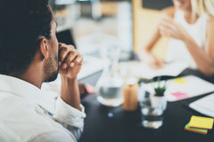 Zbliżenie czarnego afrykanina kierownik projektu podczas biznesowego spotkania w nowożytnym biurze Horyzontalny, zamazany tło, Zdjęcie Stock