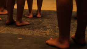 Zbliżenie czarnych afrykanów ludzie zostaje w ciemnym pokoju Zakończenie w górę widoku afrykanin iść na piechotę na ciemnym tle fotografia stock