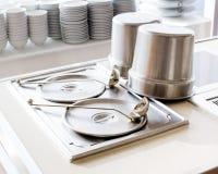 Zbliżenie czemchań naczynia przy przyjęciem Obrazy Royalty Free