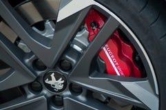 Zbliżenie czerwień hamulec na Peugeot sportowym samochodzie parkującym w ulicie zdjęcie royalty free