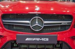 Zbliżenie czerwony brandnew Mercedez Benz zdjęcie stock