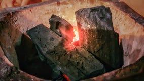 Zbliżenie czerwony ogień w węglu drzewnym w ognisku fotografia stock