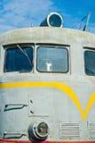 Zbliżenie czołowy widok stara dieslowska lokomotywa przeciw bac Fotografia Stock