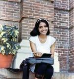 Zbliżenie czytanie Indiańska Azjatycka studencka książka/. Fotografia Royalty Free