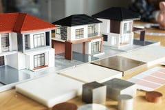 Zbliżenie domów modele na stole obrazy royalty free