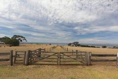 Zbliżenie drewniany ogrodzenie i brama obraz stock