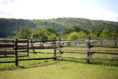 Zbliżenie drewniany ogrodzenie na corral ziemi uprawnej wiejskiej scenie fotografia royalty free