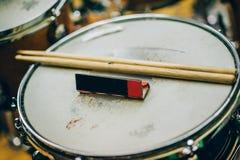 Zbliżenie drumsticks i tocznego papieru lying on the beach na bębenu secie Zdjęcie Stock