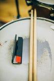 Zbliżenie drumsticks i tocznego papieru lying on the beach na bębenu secie Zdjęcie Royalty Free