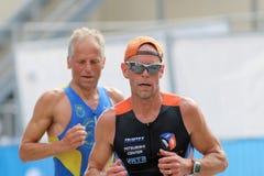 Zbliżenie dwa biegają starego mężczyzna w jaskrawym świetle słonecznym Fotografia Royalty Free