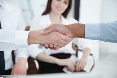 zbliżenie Dwa biznesmenów wielokulturowy handshaking nad biurkiem obrazy royalty free