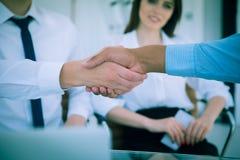 zbliżenie Dwa biznesmenów wielokulturowy handshaking nad biurkiem Pojęcie partnerstwo obrazy stock