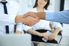 zbliżenie Dwa biznesmenów wielokulturowy handshaking nad biurkiem Pojęcie partnerstwo zdjęcie royalty free