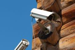 Zbliżenie dwa kamera wideo czmychającego bela dom kąt stary drewniany budynek i zdjęcia royalty free