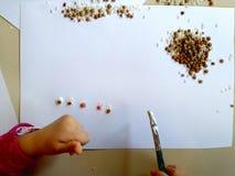 Zbliżenie dzieci wręcza obraz podczas szkolnej aktywności - uczenie robić, edukacją i sztuką, sztuki terapii pojęcie obrazy royalty free