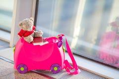 Zbliżenie dzieciaków mała walizka w lotniskowym pobliskim okno Zdjęcie Stock