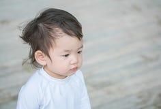 Zbliżenie dzieciaka śliczny azjatykci interes w coś emocja z kopii przestrzenią Fotografia Royalty Free