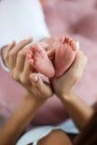 Zbliżenie dziecko cieki i matek ręki Obrazy Royalty Free