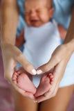 Zbliżenie dziecko cieki i matek ręki Fotografia Stock