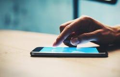 Zbliżenie dziewczyna używa jej smartphone znajdować informację Obraz Royalty Free