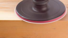 Zbliżenie elektrycznego ostrzarza maszynowy froterowanie drewniana deska zdjęcie wideo