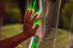 Zbliżenie elektrycznej energii osocza sfera Rozjarzona elektrostatyczna piłka Copyspace Nauki władzy demonstracja zdjęcia royalty free
