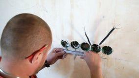 Zbliżenie elektryk sprawdza technicznych parametry z calipers na placu budowy zbiory