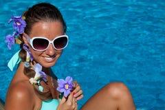 Zbliżenie figlarnie kobieta cieszy się jej wakacje w wodzie obraz royalty free