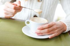 Zbliżenie filiżanki kobiety i kawy ręki Zdjęcie Stock