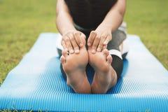 zbliżenie foots młodej kobiety ćwiczy joga zdjęcia stock