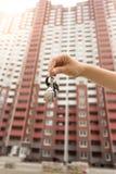 Zbliżenie fotografia agenta nieruchomości mienia klucze od nowego domu Zdjęcie Royalty Free