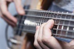 Zbliżenie fotografia basowej gitary gracza ręki, miękka selekcyjna ostrość, muzyka na żywo temat Fotografia Stock